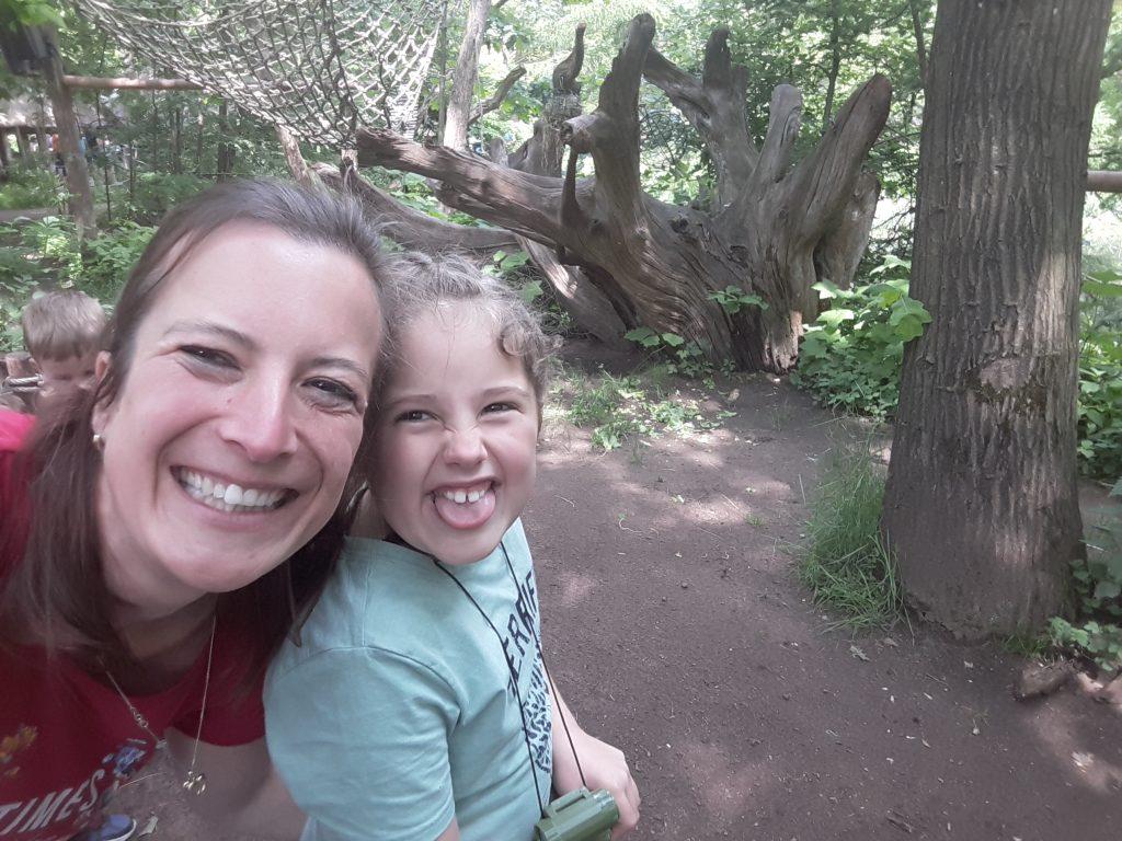 Kindercoach met dochter lachend gek doen
