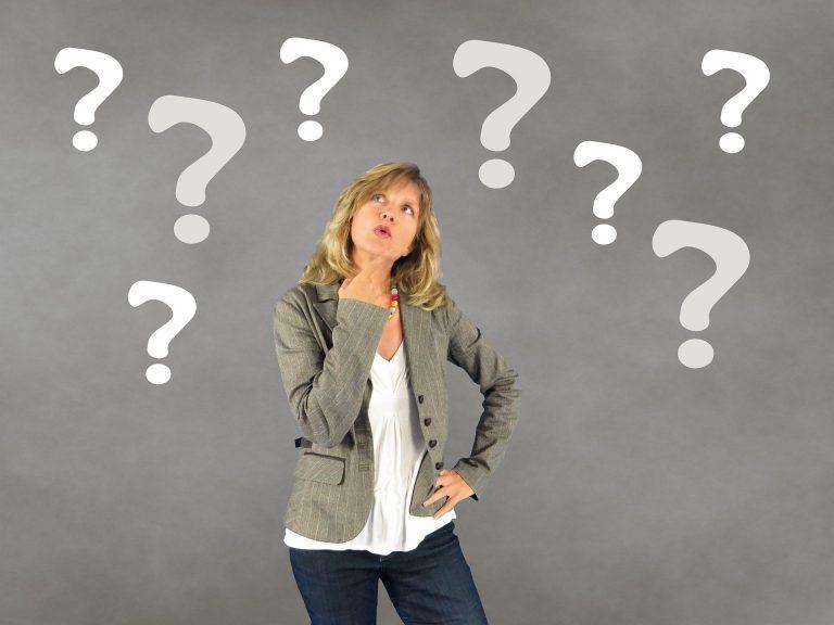 help vrouw omringt door vraagtekens